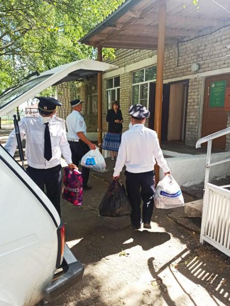 В Рязанской области сотрудники ГИБДД передали вещи в Ряжский реабилитационный центр для несовершеннолетних