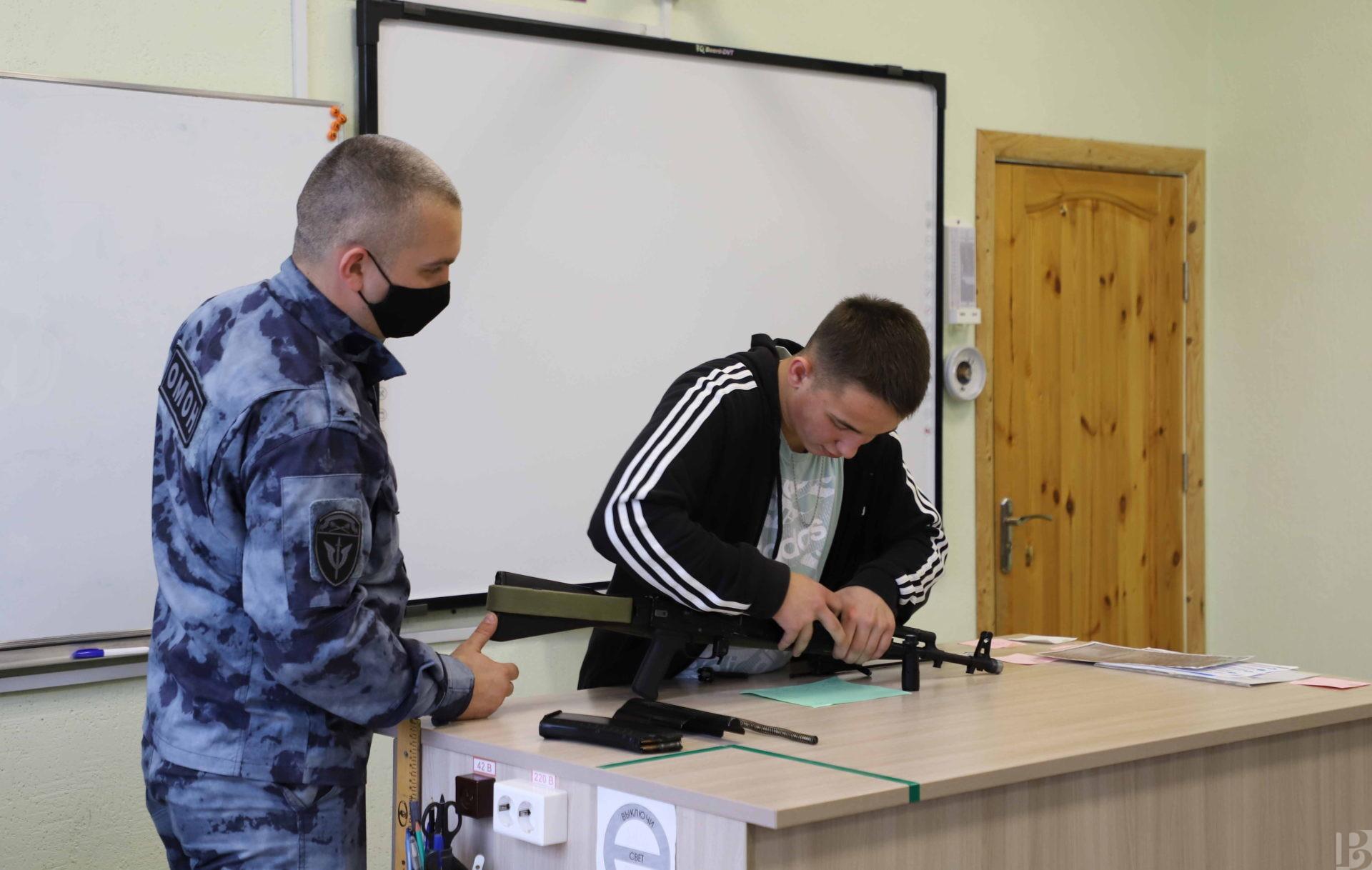 Рязанские росгвардейцы рассказали студентам о Михаиле Калашникове