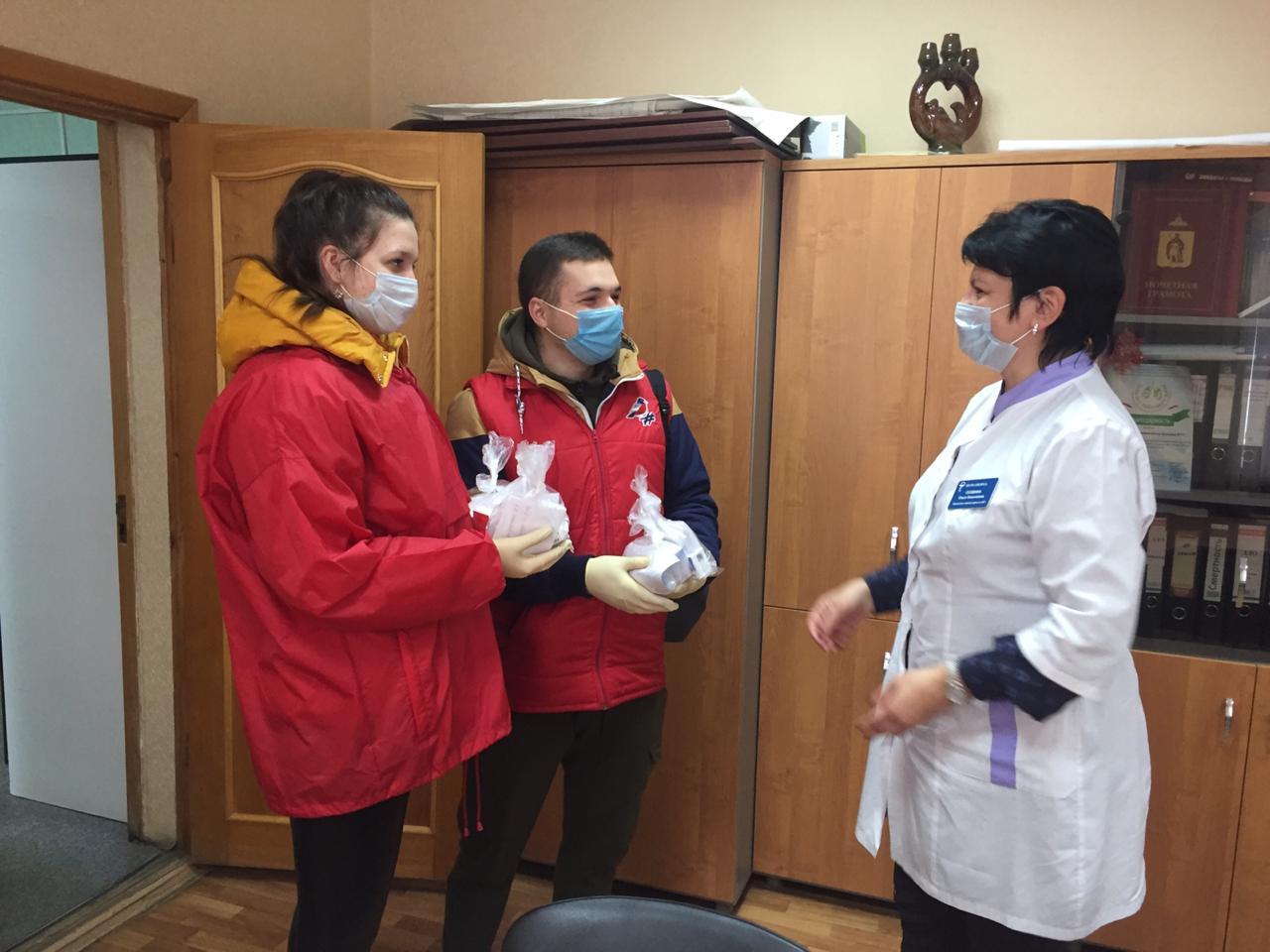 Волонтеры помогают доставить лекарства для больных коронавирусом рязанцев
