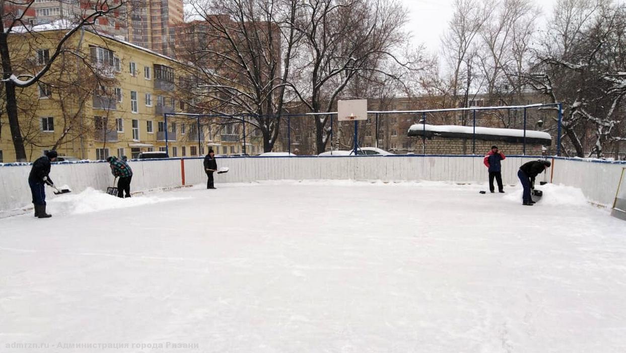 В Рязани чистят от снега катки и хоккейные коробки